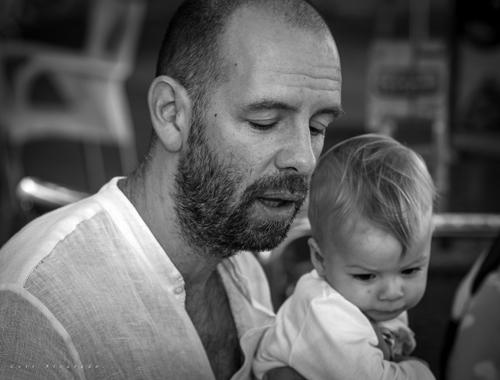 Vincent sostiene a su hijo - Foto realizada por Luis Alvarado
